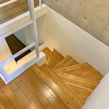 階段を降りて1Fへ。