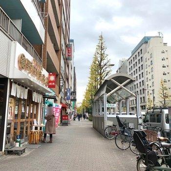 駅までの道には飲食店が多かったです。