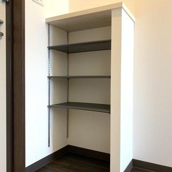シューズボックスはシンプル。床にステンレスの板などを置けばよごれなくてよさそう!