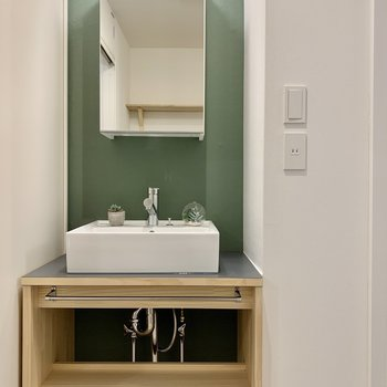 こちらにもグリーン。オリジナルの造作洗面台が際立ちます