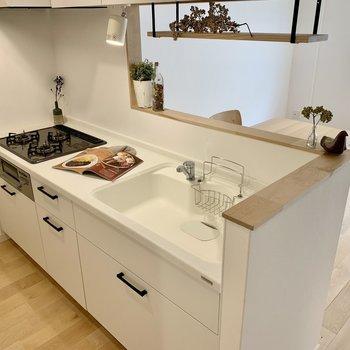 キッチンは広々の3口コンロ。収納力もありますよ!