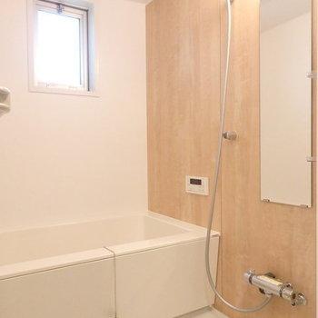 【浴室イメージ】木目シートが落ち着く空間にしてくれます。