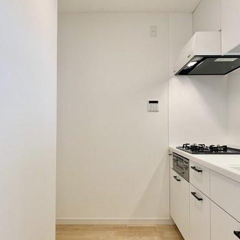 冷蔵庫は一番奥のスペースに。ラックなどを追加で置いても良さそうです。