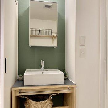 こちらにもグリーン。オリジナルの造作洗面台が際立ちます(※写真の小物等は見本です)