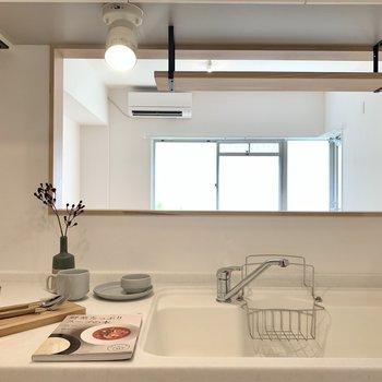 対面式のキッチンなので料理中もリビングを見渡すことができます。子供がいる家庭でも安心◎(※写真の小物等は見本です)