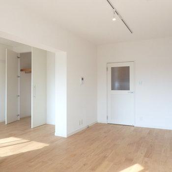 【完成イメージ】奥には収納もあります。廊下からリビングに入る、チェッカーガラスの扉がなんともかわいい。。