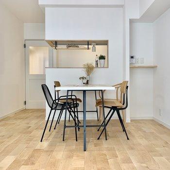対面式キッチンに壁付けでダイニングテーブルを置くと良さそう!楽しい食卓が広がりそうです◎