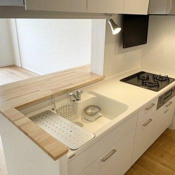 【キッチンイメージ】あこがれのカウンターキッチン。人工大理石天板で作業場も広く、料理もらくらく!