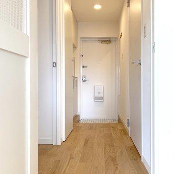 【廊下イメージ】廊下も無垢フローリングにするとだいぶイメージが変わります。気になる水回りを見に行きましょう