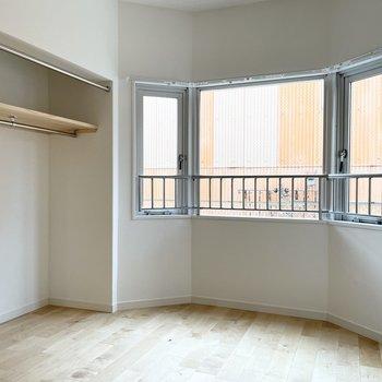 アーチ型になっている寝室の窓が可愛い!収納はオープンタイプです