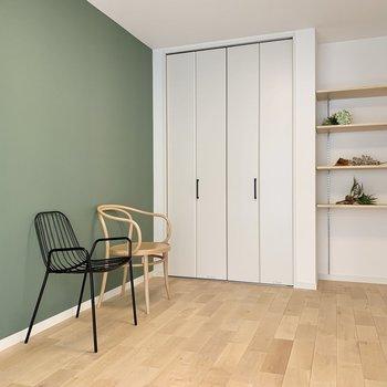 グリーンのクロスの寝室。飾り棚はおしゃれにアレンジしましょう!