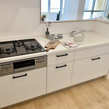 キッチンは広々の3口コンロ。収納力もありますよ!(※写真の小物等は見本です)
