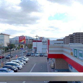 【周辺環境】隣にはドラックストア。その隣にはスーパー(マルキョウ)。こんなにすべてが揃う環境がありますか、、、!(3階からの風景)