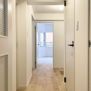 白にまとめたシンプルな廊下。取手の黒が可愛いですね