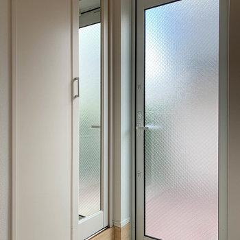 玄関扉は曇りガラス。玄関横にクローゼットがあります