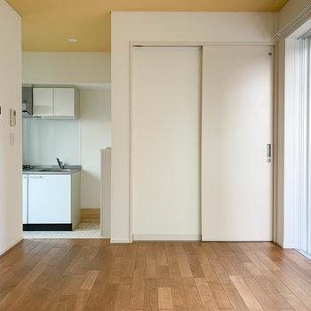 扉は脱衣所。左奥にキッチンがあります