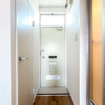 玄関はコンパクトで靴箱もありませんが、こちらも綺麗にされています。