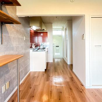 玄関側にはキッチンスペース。クローゼットもこちら側に。
