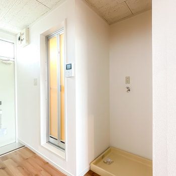 キッチンの背面側には洗濯機置場と浴室。