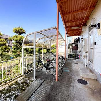 1階の共用部には屋根付きの駐輪場も。