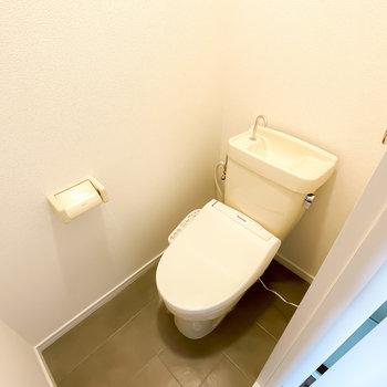 トイレは浴室の反対側に。嬉しいウォシュレット付きです!