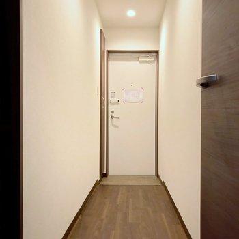 廊下も突っ張るタイプのコート掛けを置けば有効活用できそうですね。