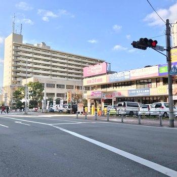 駅の近くには24時間営業のスーパーがあるので、帰りが遅くなった時も便利。