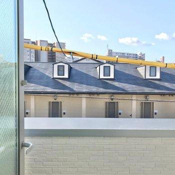 住宅街に広がる空。窓はすりガラスなので、人目が気にならないのも嬉しい。
