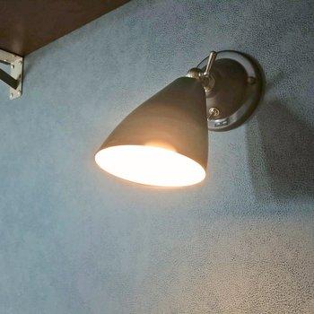 このランプの質感も素敵。ついつい触りたくなるトグルスイッチ。