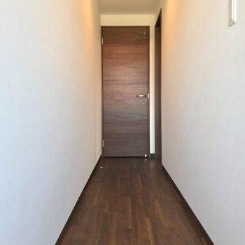 長い廊下を渡って、右側にリビングがあります。