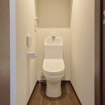 トイレはウォシュレットつき。足元もゆったりしています。