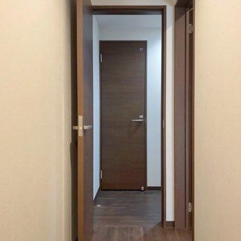 さて、脱衣所を見てみましょう。正面の扉はトイレです。