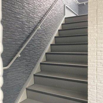 お部屋までは階段をのぼります。幅は115cmほどなので、家具の搬入は問題なさそう。