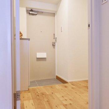 玄関は廊下に面しています。