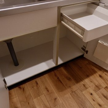 棚は一部引き出しになっているのが便利。
