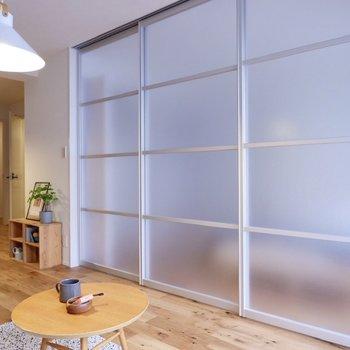 お隣の洋室とは半透明の引き戸で仕切られており、圧迫感を感づらい造りです。