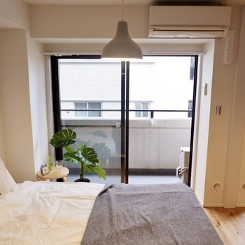 掃き出し窓から柔らかな陽射しを取り込んでおり、自然光で気持ちよく起床できそう。