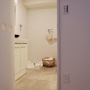 脱衣所へ。正面に洗濯機置き場が見えますね。