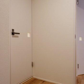 振り返ればお手洗いのドアが。