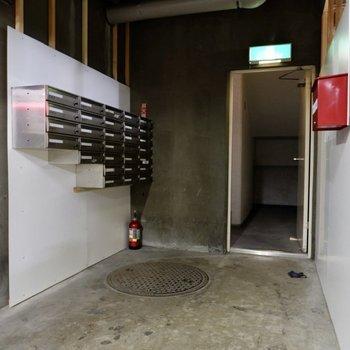 集合ポストは地下にあります。
