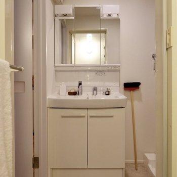 独立洗面台はシンプルで使いやすいデザイン。