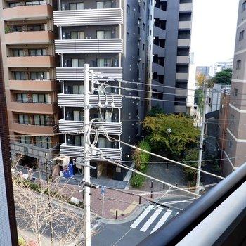 右には近くの通りが見えますね。