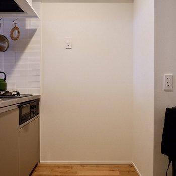 側面の壁にもコンセントがあり、炊飯器など置いておけそう。