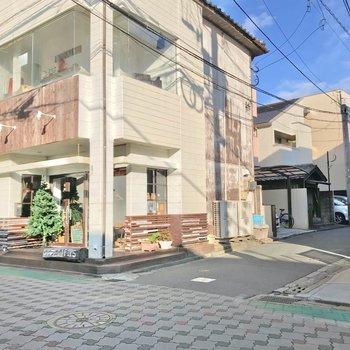 ここを抜ければ、お店が建ち並ぶ通りに出ます。雰囲気のいい飲食店が多く、散策も楽しそう◯