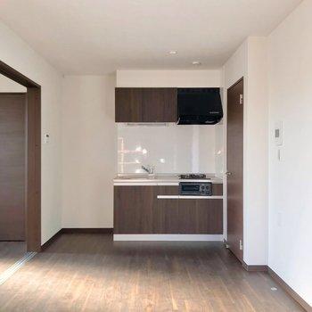 キッチンは本棚と反対側。こちらにはダイニングテーブルを置きたい。