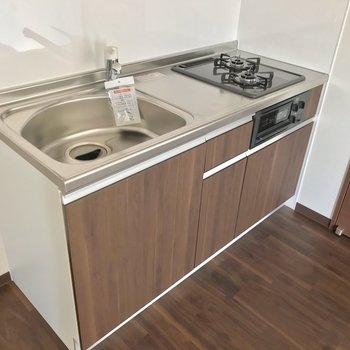 キッチンは2口コンロにグリル付き。冷蔵庫はシンク側に置けますよ。