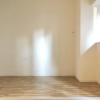お隣は4.2帖の洋室。(※写真は2階の同間取り別部屋のものです)