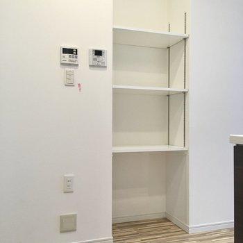 キッチン横には可動式の棚。キートレーを置いたり、カバンを置いたり、普段使いのものはココに。(※写真は2階の同間取り別部屋のものです)