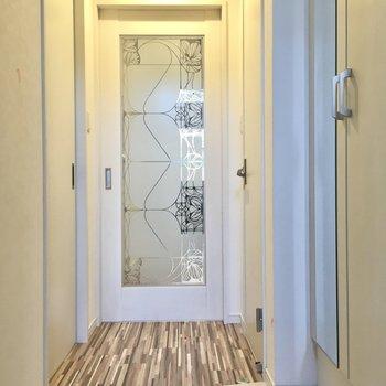 玄関入って右にトイレ、左が脱衣所です。(※写真は2階の同間取り別部屋のものです)
