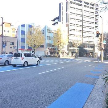 すこしあるくと大きな道路。バスも多く出ているので、天神や博多までもすいっといけます。